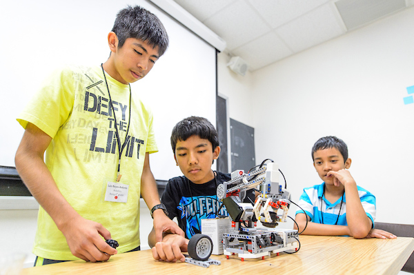 Middle school students construct robots